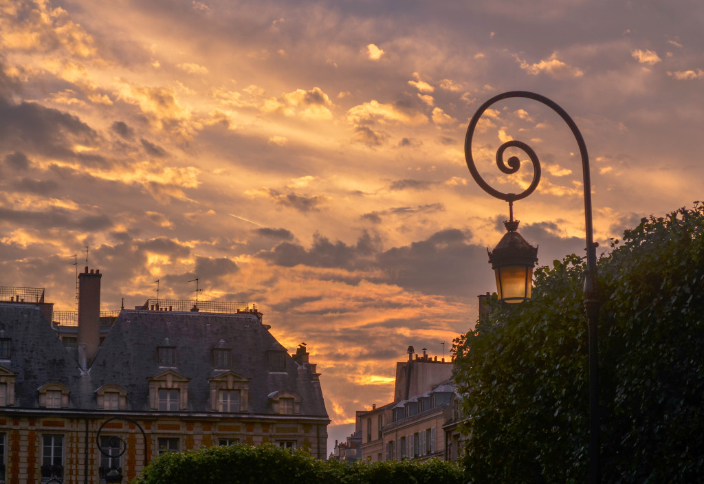 sunset at place des vosges, le marais, confused dasher, recommended restaurant in le marais paris, 5 day itinerary in paris