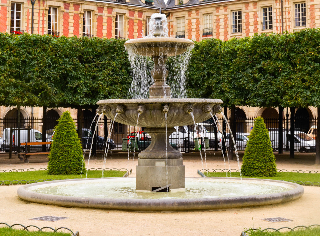 sunset at place des vosges, le marais, confused dasher, recommended restaurant in le marais paris, 5 day itinerary in paris, morning in le marais, farmer market